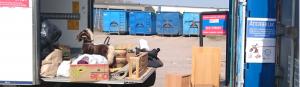 Fyra blåa containrar och återbruk